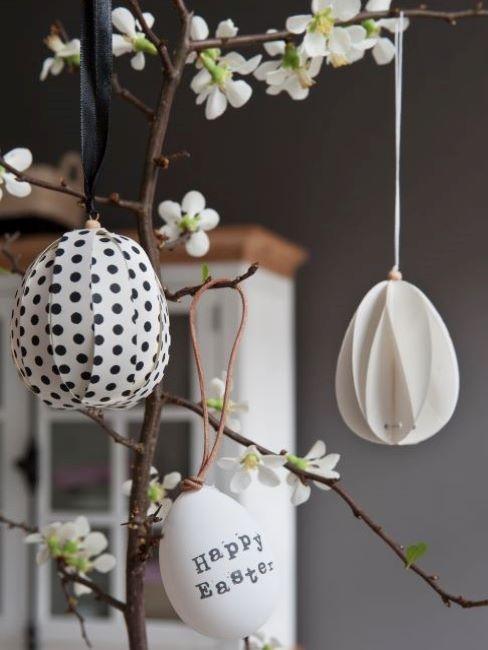 albero di pasqua con decorazioni a forma di uova
