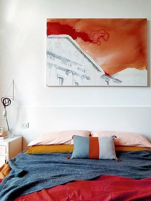 Camera da letto colorata con quadro