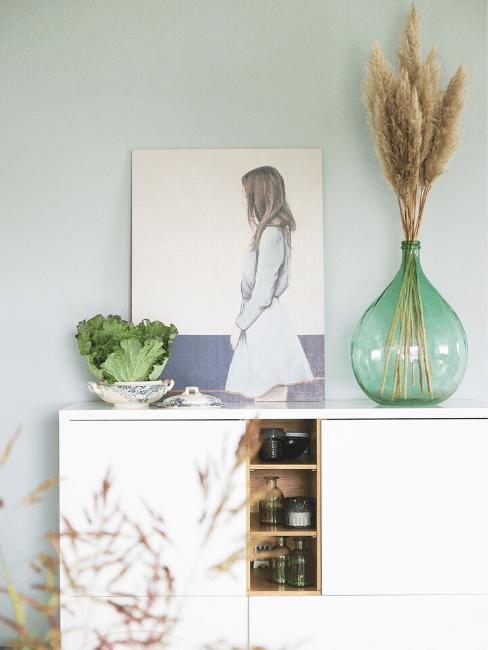 Consolle bianca con vaso e quadro
