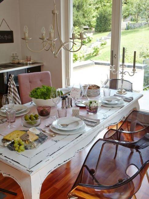 cucina shabby chic con tavola apparecchiata