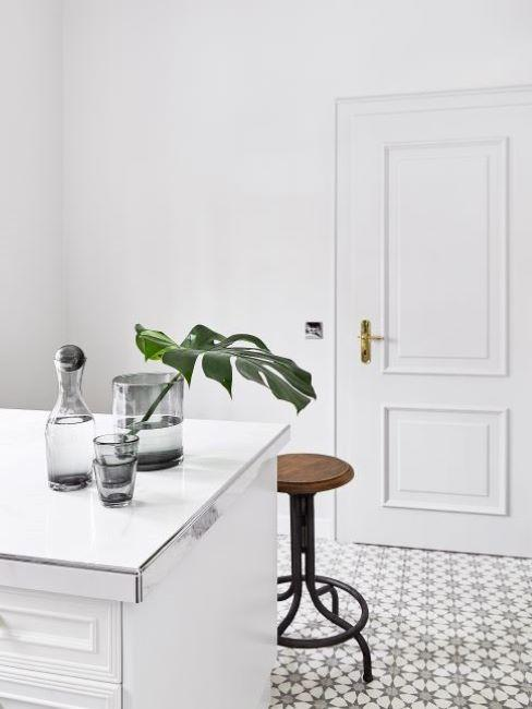 cucina con pavimento di piastrelle