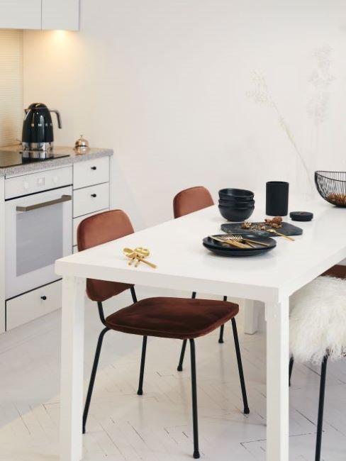 cucina con pavimento in legno bianco