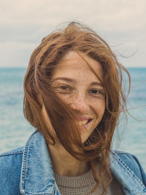 ragazza con lentiggini al mare
