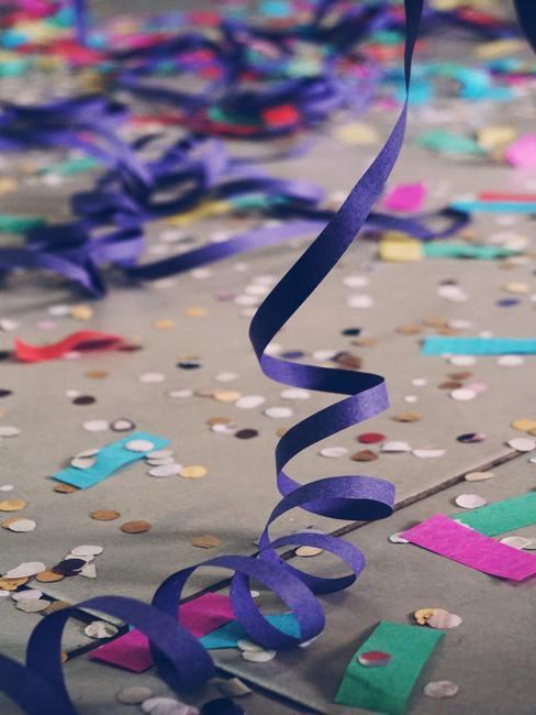 Kleurrijke decoraties op een nieuwjaarsfeest
