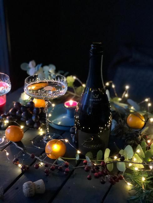 Decoraties en champagne op een nieuwjaarsfeest