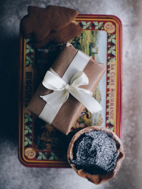 Een verpakt cadeau in zijdepapier met witte lint