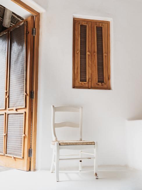Witte stoel naast groot raam in Bauhaus stijl