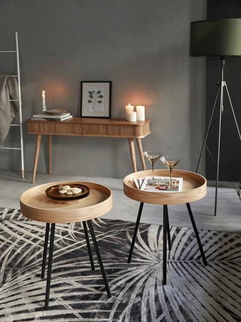Woonkamer met sitetable van hout en bijzettafels op palm vloerkleed