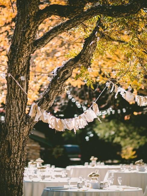 Decorerde tafel buiten onder een boom