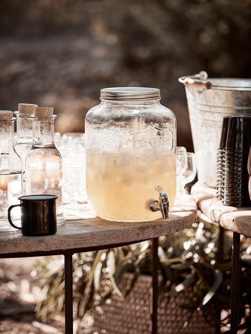 Zilveren huwelijk vieren buiten met verfrissende drankjes