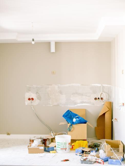 Een gladde muur die klaar is om te schilderen met glitter muurverf
