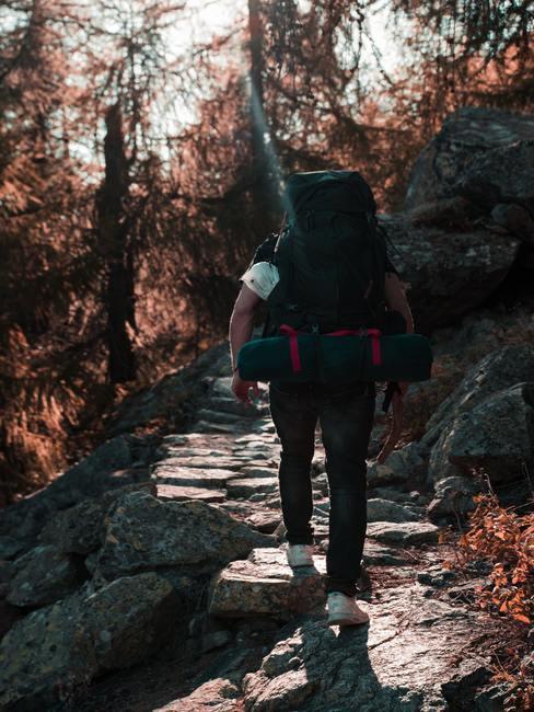 man met backpack op zijn rug