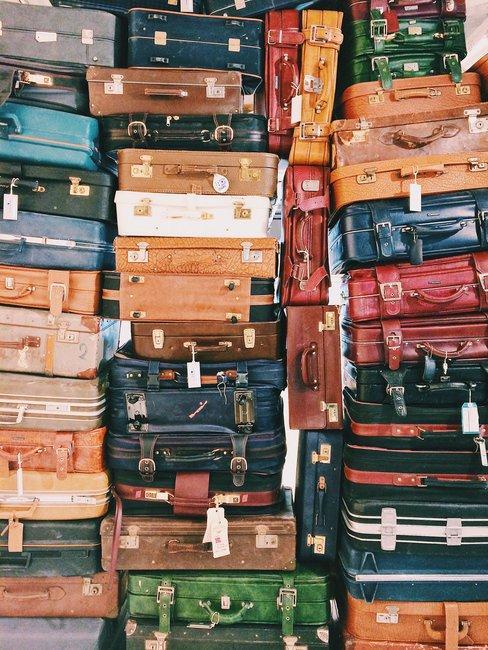 Stapels met vintage gekleurde koffers die het beeld vullen