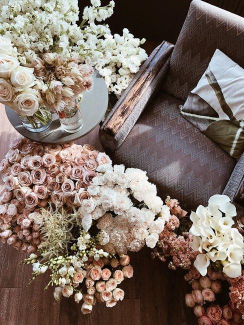 Boeketten droogbloemen van boven gefotografeerd met bruine stoel in boho-stijl