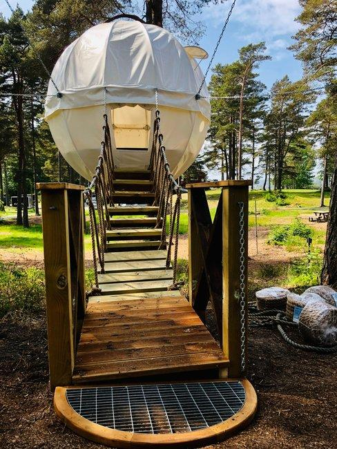 Ronde tent met houten trap in natuur