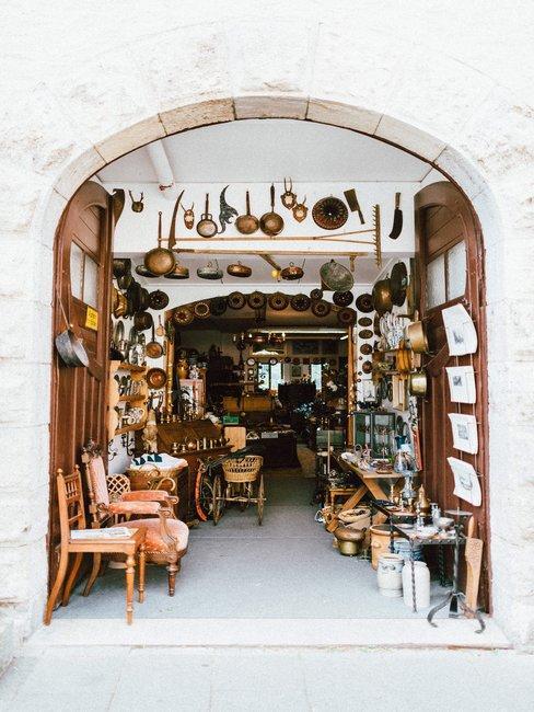 Vintage winkel met oude en houten meubels en pannen