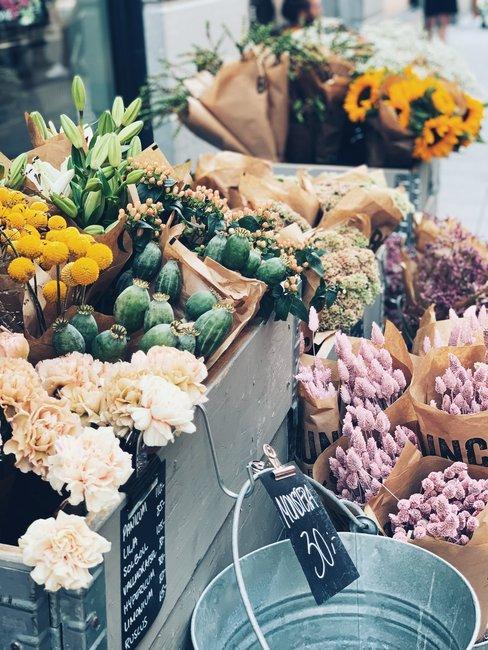 Bossen bloemen in papier voor een winkel