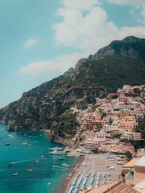 Positano Italie aan het strand en bergen