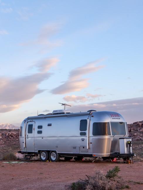 Zilveren oldschool caravan in de woestijn