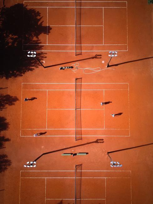Tennisbaan van boven gefotografeerd