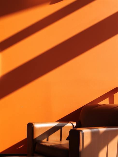 Oranje muur met leren kleine handtassen
