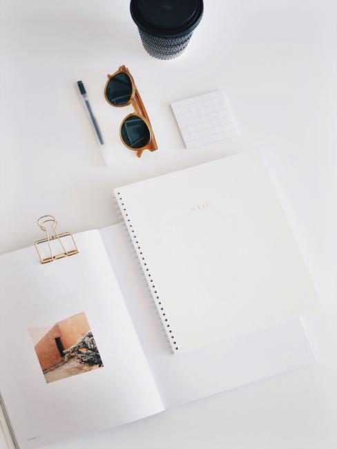 moederdag cadeau knutselen witte tafel met notitieblok met zonnebril