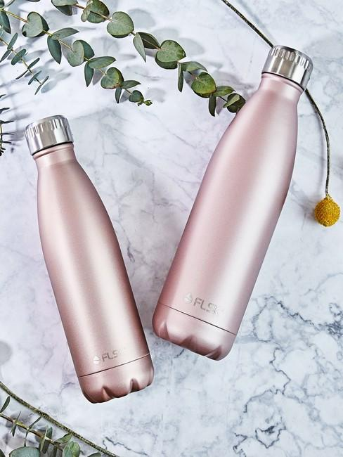 cadeau vriendin waterflessen roze op marmere achtergrond