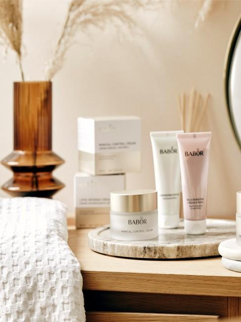 cadeau zus Cosmetica en verzorgingsproducten op kruk in de badkamer