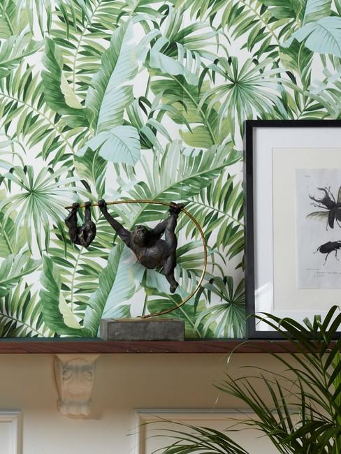 Jungle behang met zwarte decoratieve object en print