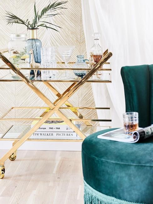 Groene loungestoel met gouden bijzettafel