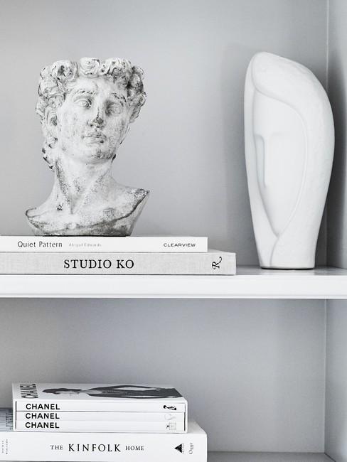 moederdag cadeau knutselen stenenbeelden in witte boekenkast met koffieboeken