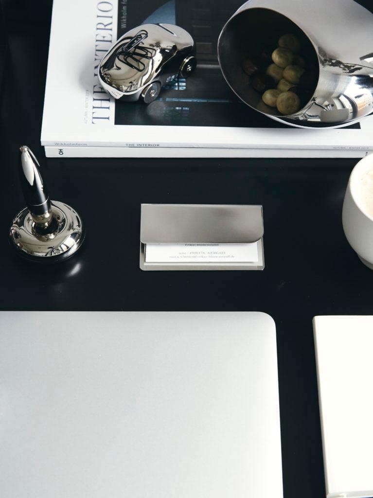 vaderdag gedicht schrijven op zwart bureau met zilveren schrijfwaren