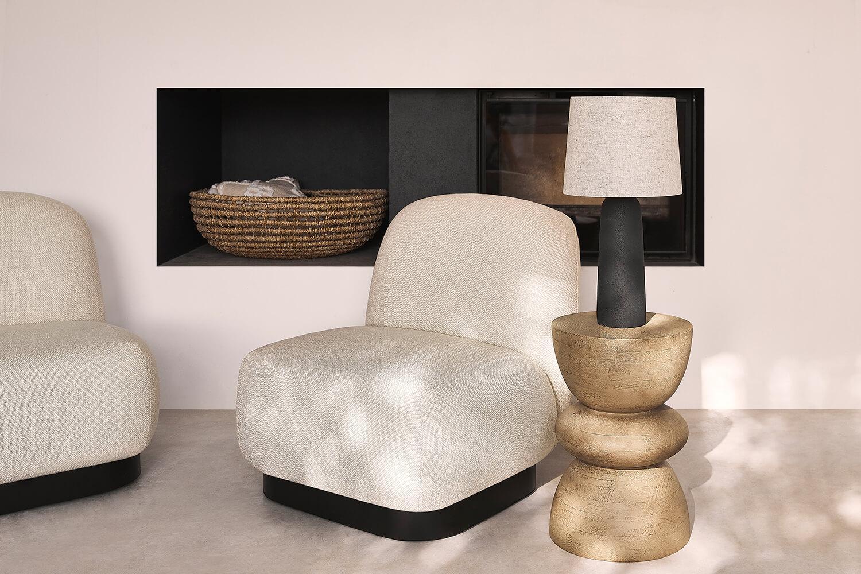 Moderne indoor lounge setting met natuurlijke tinten en artistieke details