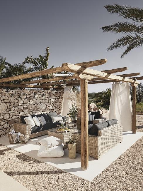 Ibiza stijl tuin met houten pergola