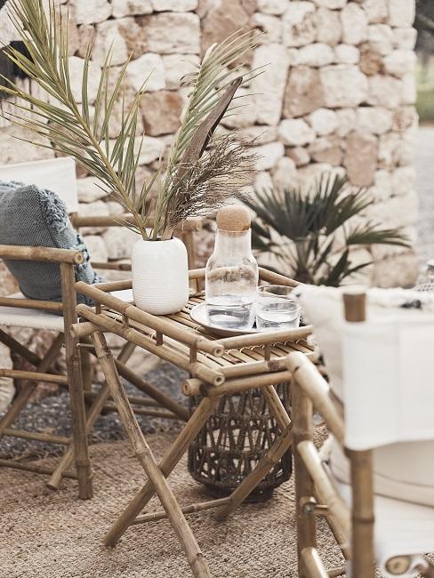 Inbiza stijl tuin inspiratie met bamboe stoelen en kleine tafel