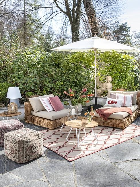 Tuinmeubelset met parasol en vloerkleed voor buiten op tegelvloer
