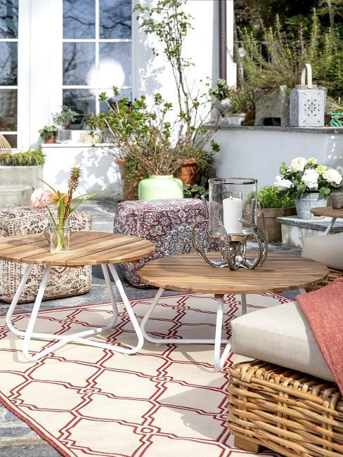 Kleine tuin met terracotta kleuren in combinatie met een wit en houten meubels