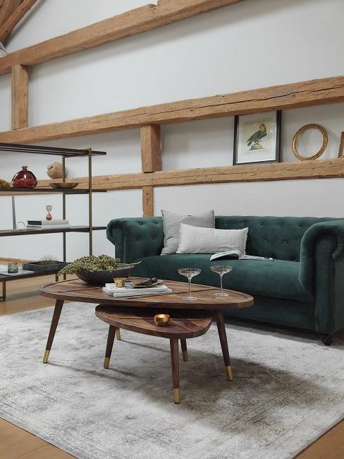 Lichte woonkamer met houten banken en bijzettafel met groen bankstel
