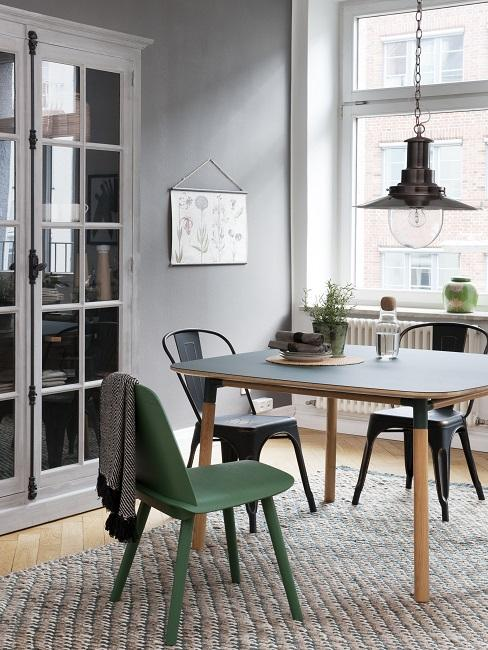 Keuken met houten eettafel en groene ijzeren eetkamerstoel