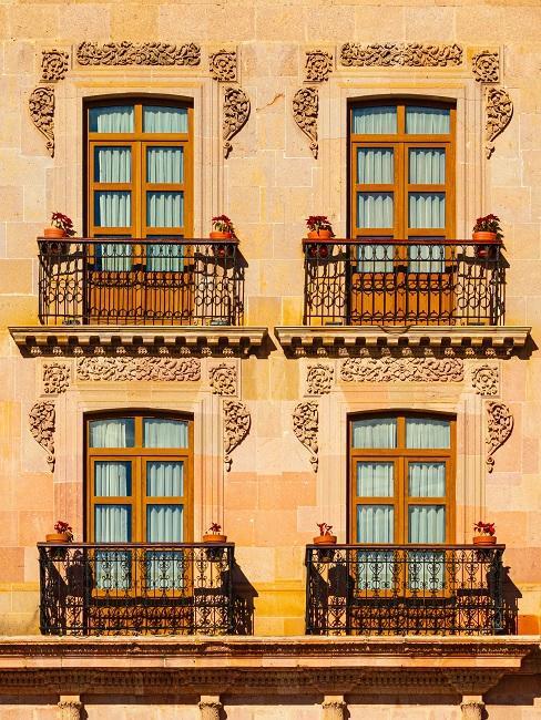 Fransse balkonnen bij klassiek mediterraans bruin huis