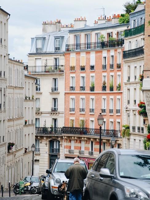 Straat in Parijs met gekleurde huizen en balkonnen