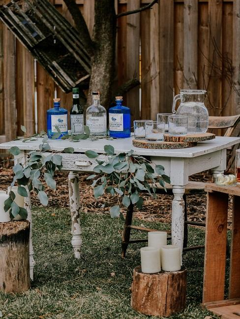 Vrijgezellenfeest in de tuin met alcohol