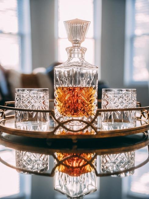 Verjaardagscadeau man cognac in bottel met twee glazen op een spiegeldienblad