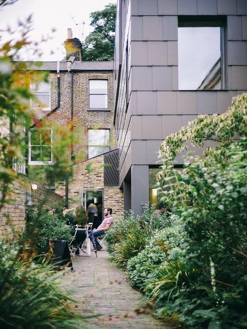 Voortuin huis met grijze voorgevel en planten