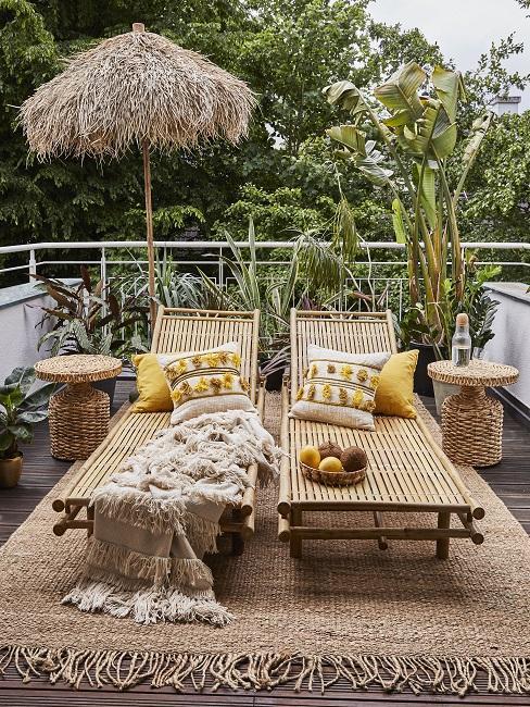Bohemian balkon met parasol die tuin afschermt