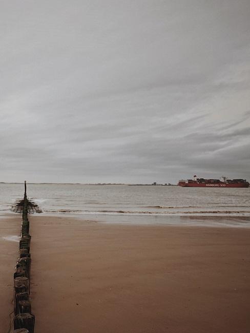 Vliebiza strand en zee op bewolkte dag