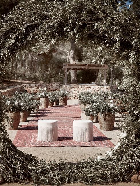 Bohemian bruiloft ceremoniet setting met backdrop