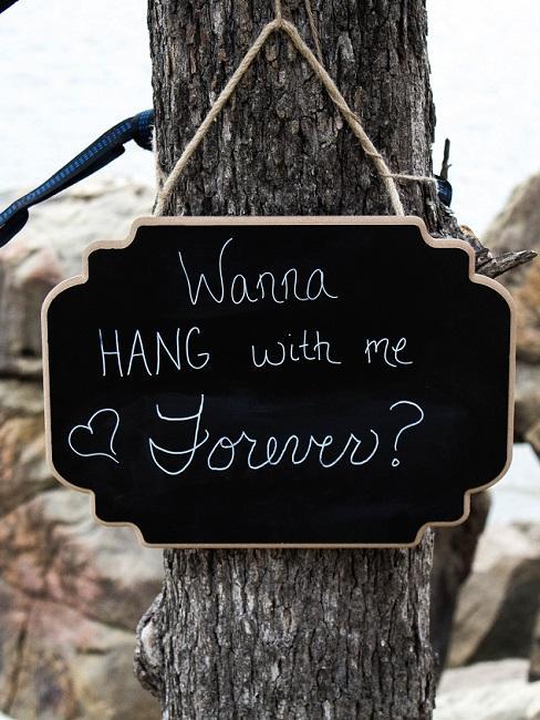 Zwarte decoratief Welkomstbord bruiloft op de boom