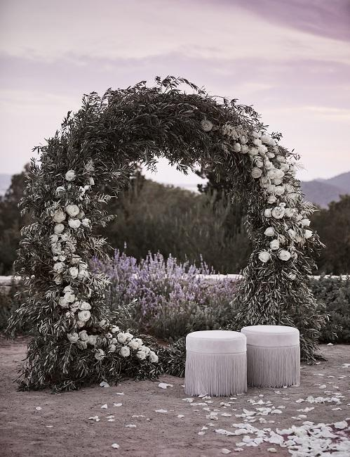 Bruiloft decoratie gemaakt van bloemen naast de poef