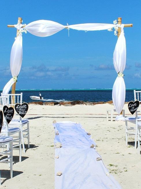 Witte strand bruiloft decoratie